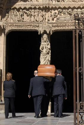 Varias personas trasladan el féretro de la presidenta de la Diputación de León, Isabel Carrasco, al interior de la catedral de León.