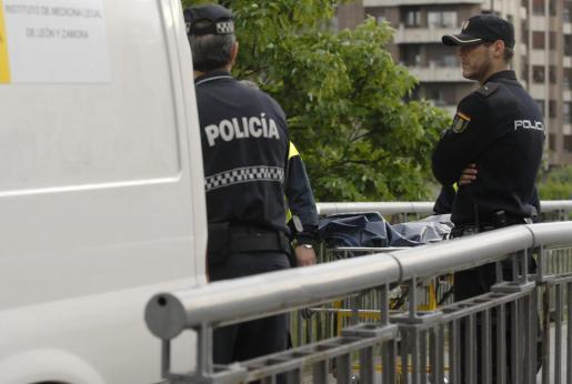Efectivos de la policía ante el cadáver de la presidenta de la Diputación de León, Isabel Carrasco, momentos después de ser tiroteada.