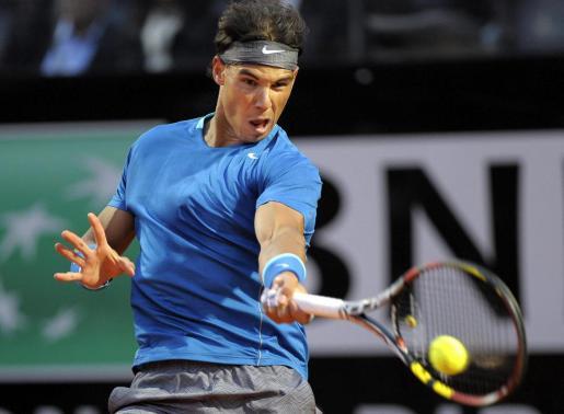 El tenista español Rafael Nadal devuelve la bola durante el partido del Masters 1000 de Roma.