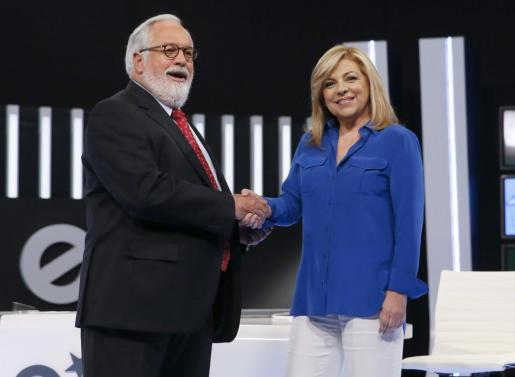 El cabeza de lista del PP a las elecciones europeas, Miguel Arias Cañete, saluda a la candidata socialista a las elecciones europeas, Elena Valenciano.
