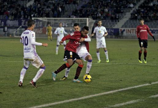 Nsue trata de controlar un balón ante la defensa del Jaén.