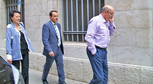 El fiscal Pedro Horrach (en el centro), la inspectora jefa de Delincuencia Económica de la Policía Nacional y el jefe de la Policía Judicial, Antoni Cerdá, tras presentar la querella.