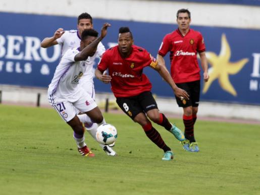 Nsue lucha un balón durante el partido.