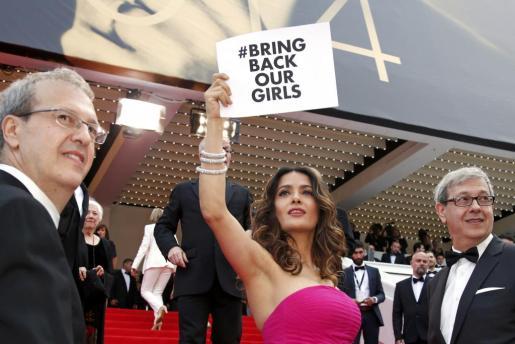 La actriz Salma Hayek sostiene un cartel pidiendo la liberación de las 200 niñas de Nigeria.
