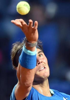 Rafael Nadal se dispone a ejecutar un saque.