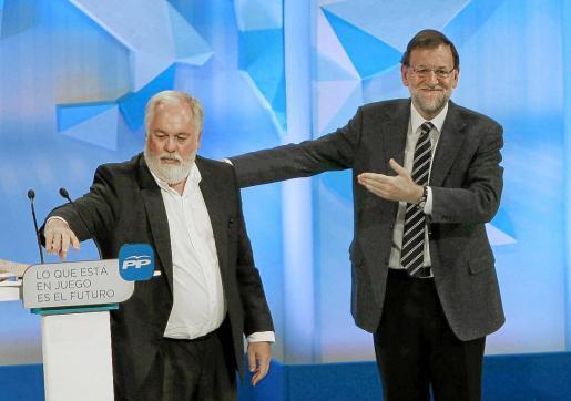 Mariano Rajoy, presentando a Miguel Arias Cañete al inicio de su mitin conjunto ayer en Barcelona.