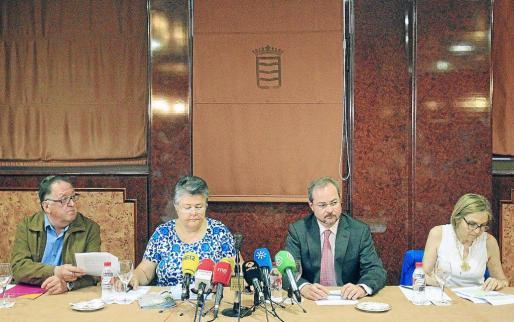 Representantes de varias asociaciones de víctimas de catástrofes, ayer en la presentación de REVES.