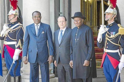 Hollande, flanqueado por los presidentes de Chad y Nigeria, antes de la reunión de ayer en París.