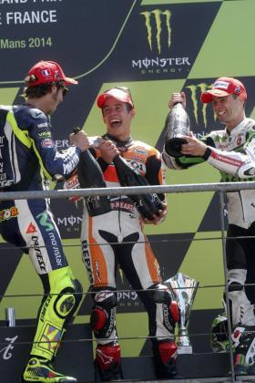 Valentino Rossi, Marc Márquez y Álvaro Bautista, en el podio del Gran Premio de Francia.