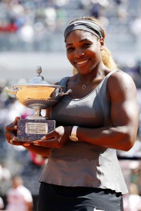 La estadounidense Serena Williams posa con el trofeo obtenido en Roma.