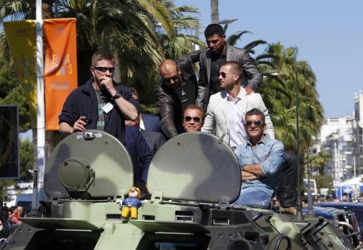 Victor Ortiz, Arnold Schwarzenegger, Glen Powell y Antonio Banderas, en un tanque en la presentación de 'Los mercenarios 3', en el Festival de Cannes.