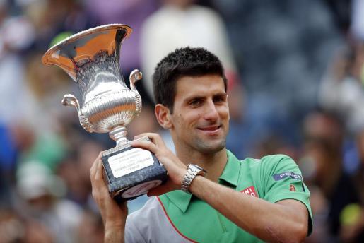 el serbio Novak Djokovic sostiene el trofeo obtenido en Roma.