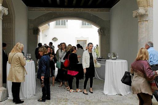 El público que asistió al Museu de Mallorca pudo disfrutar de un cóctel y elaboradas tapas, además de visitar la exposición '3.000 años de historia de Mallorca'.