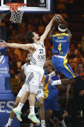 El base estadounidense del Maccabi Electra de Tel Aviv Tyrese Rice (d) lanza a canasta ante la defensa de Sergio Llull, del Real Madrid.