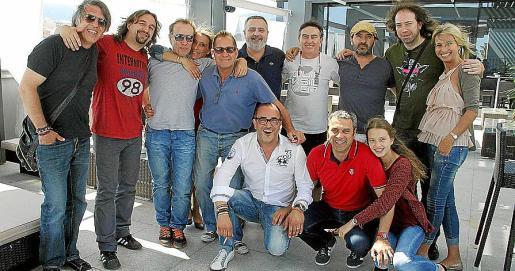 Los integrantes y técnicos del grupo Nacha Pop con Pep Crespí y Encarna Thomás de La Movida y el empresario Pedro Mesquida de Restaurante Xino's.