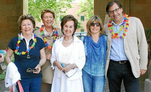 La presidenta de la Fundación Amazonia, Juana María Román -en el centro-, junto a los miembros de la entidad: Antonia Fluxá, Catalina Darder, Cati Ferrando y Guillermo Dezcallar que lucían, como voluntarios, coloridos collares de papel.