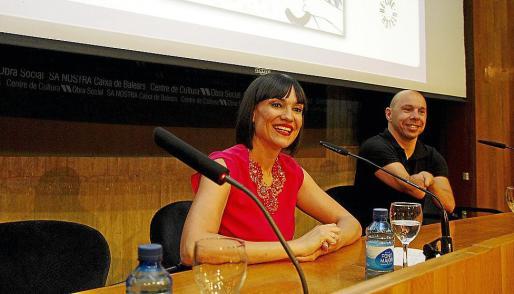 La escritora y deportista Irene Villa, acompañada del nadador Xavi Torres. Fotos: TERESA AYUGA