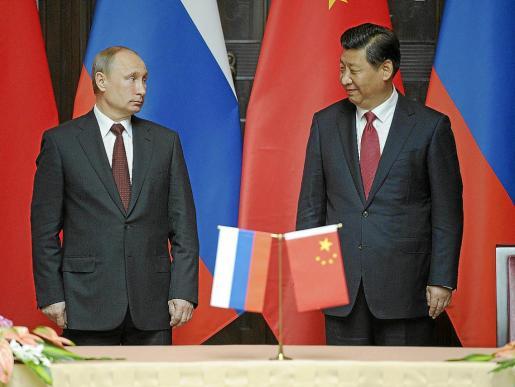 El presidente ruso, Vladímir Putin (i), y su homólogo chino, Xi Jinping, ayer en Shangái.