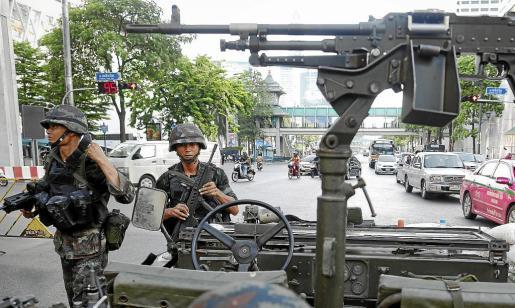 Soldados tailandeses patrullan las calles de Bangkok tras declararse la ley marcial.