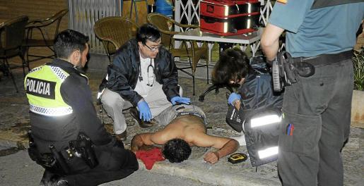 El hombre fue hallado boca abajo en la acera, al lado de la terraza de un bar, sin sentido y con lesiones de consideración. Fotos: MICHELS