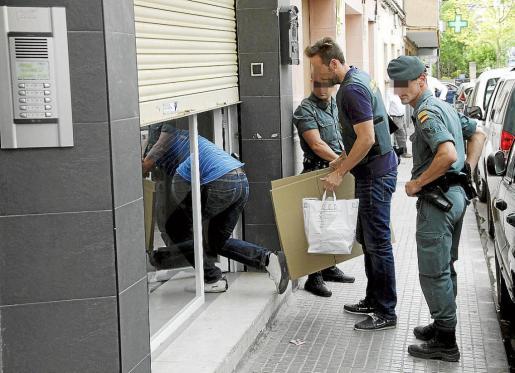 Los agentes, inspeccionando ayer un local de la calle Fra Antoni Llinàs, en Palma.