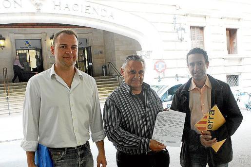Joan Lladó, Bartomeu Isern y Miquel Àngel Sureda, frente a la sede de Hacienda.