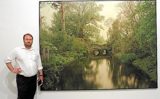 El artista Elger Esser, junto a una de las piezas que componen la exposición 'Nimfees i Ondines', en la Planta Noble del Casal Solleric.