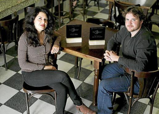 La actriz Marga López y el director Joan M. Albinyana, en un bar de Palma.
