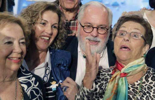 El cabeza de lista del PP a las elecciones europeas, Miguel Arias Cañete, se fotografía con un grupo de mujeres al final del mitin de la campaña para los comicios del 25 de mayo, celebrado en la localidad coruñesa de Ordes.