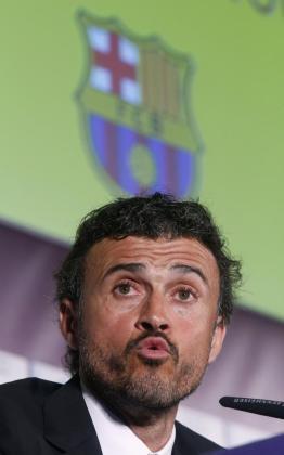 El nuevo entrenador del FC Barcelona, Luis Enrique Martínez, atiende a los medios de comunicación durante su presentación en la Ciudad Condal.