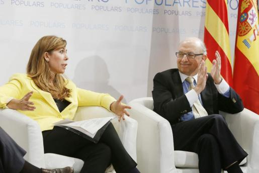 El ministro de Hacienda y Administraciones Públicas, Cristóbal Montoro, aplaude a la presidenta del PPC, Alicia Sánchez Camacho, durante su participación en un foro económico del PPC que ha tenido lugar esta tarde en Vilanova i la Geltrú.