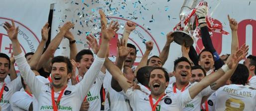 Xisco Muñoz, justo debajo de la Copa, celebra con sus compañeros del Dinamo de Tbilis el título de copa de Georgia.