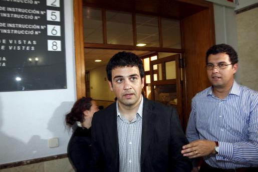 Antoni Moragues, ex director general de TV Mallorca junto a su abogado Valeriano Marques, declaró la semana pasada.