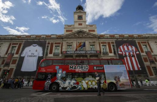 Giant posters of Real Madrid and Atletico Madrid jerseys hang on the facade of Madrid's regional government building at Puerta del Sol in Madrid May 23, 2014. The Champions League final soccer match between Real Madrid and Atletico Madrid takes place in Lisbon on Saturday. REUTERS/Andrea Comas (SPAIN - Tags: SPORT SOCCER) SOCCER-CHAMPIONS/