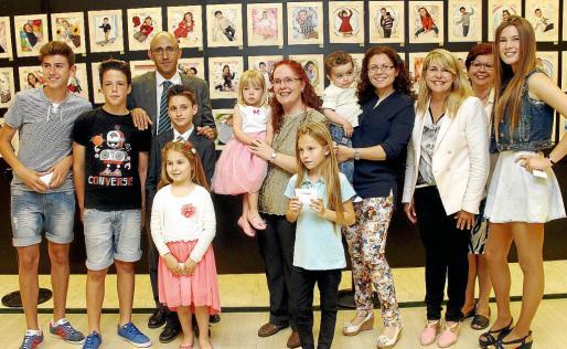 Imagen de grupo de los ganadores del concurso junto a los responsables de Modelo por un día.