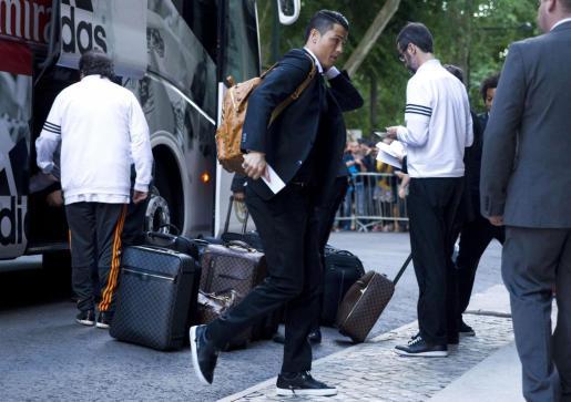 El delantero portugués del Real Madrid Cristiano Ronaldo a su llegada este viernes junto al resto del equipo a su hotel en Lisboa, donde el sábado disputarán la final de la Liga de Campeones ante el Atlético de Madrid.