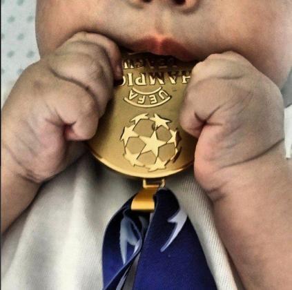 El hijo de Iker Casillas y Sara Carbonero juega con la medalla.