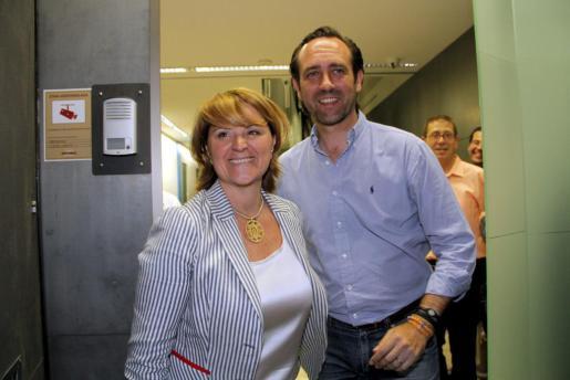 Así de sonrientes posaron Estarás y Bauzá anoche en la sede del PP.