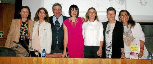 Paula Serra, Ángela Moreda, Bartomeu Barceló, Irene Villa, María José Hidalgo, Carme Serra y Dora Simonet, tras la presentación del último libro de Irene Villa.