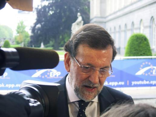 El presidente del Gobierno español, Mariano Rajoy, realiza declaraciones a los periodistas a su llegada a la reunión de líderes del Partido Popular Europeo (PPE) previa a un encuentro de los jefes de Estado o de Gobierno de la UE, hoy en Bruselas.