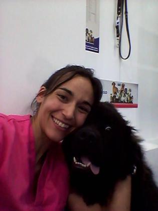 María Antonia Castañer, junto a 'Hobbo', en la clínica veterinaria San Miguel.
