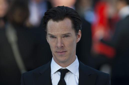 """El actor británico Benedict Cumberbatch posa a su llegada al estreno de la película """"Viaje a las Estrellaas hacia la oscuridad"""" en el cine Imperio en la plaza Leicester en Londres."""