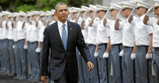 El presidente de Estados Unidos pasa revista a su llegada a la Academia Militar de West Point, en Nueva York.