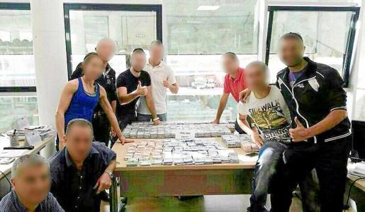 Agentes del CNP posan con parte del dinero recuperado del robo millonario en Empresas Matutes.