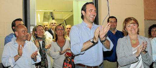 Los cargos del PP celebran la victoria en las pasadas elecciones del domingo, en las que se cumplió el objetivo de ganar y mantener la distancia con el PSOE. Sin embargo, los malos resultados amargan la victoria de los populares.