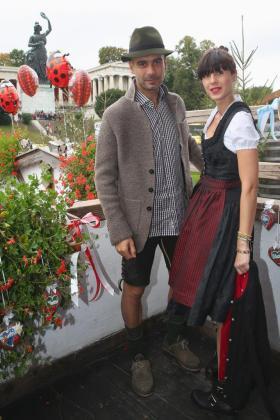 El entrenador del Bayern Munich Pep Guardiola y su mujer Cristina Serra en la Oktoberfest de Munich.
