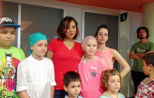 La planta de oncología pediátrica del Hospital Universitari Son Espases se transformó, durante la jornada de ayer, en escenario de un videoclip de Chenoa en apoyo a los pacientes enfermos de cáncer.