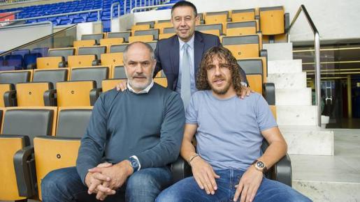 Andoni Zubizarreta, Carles Putol y Josep María Bartomeu posan juntos después de la confirmación del ya excapitán del equipo como mano derecha del director deportivo.