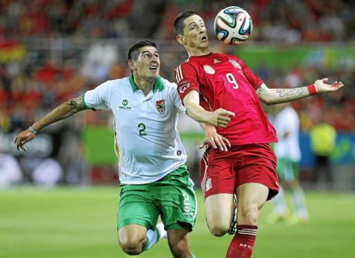Fernando Torres controla el balón ante un jugador boliviano en un lance del partido disputado ayer en el Sánchez Pizjuán.
