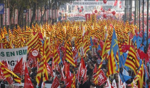Miles de personas acudieron ayer en Madrid a la manifestación convocada por UGT y CCOO.